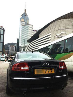 香港第一位女特首昨天选出,刚好路过不经意拍下这个车牌(为保护隐私英文部分模糊处理),结果返回途中在地铁上得知获得选票数777.